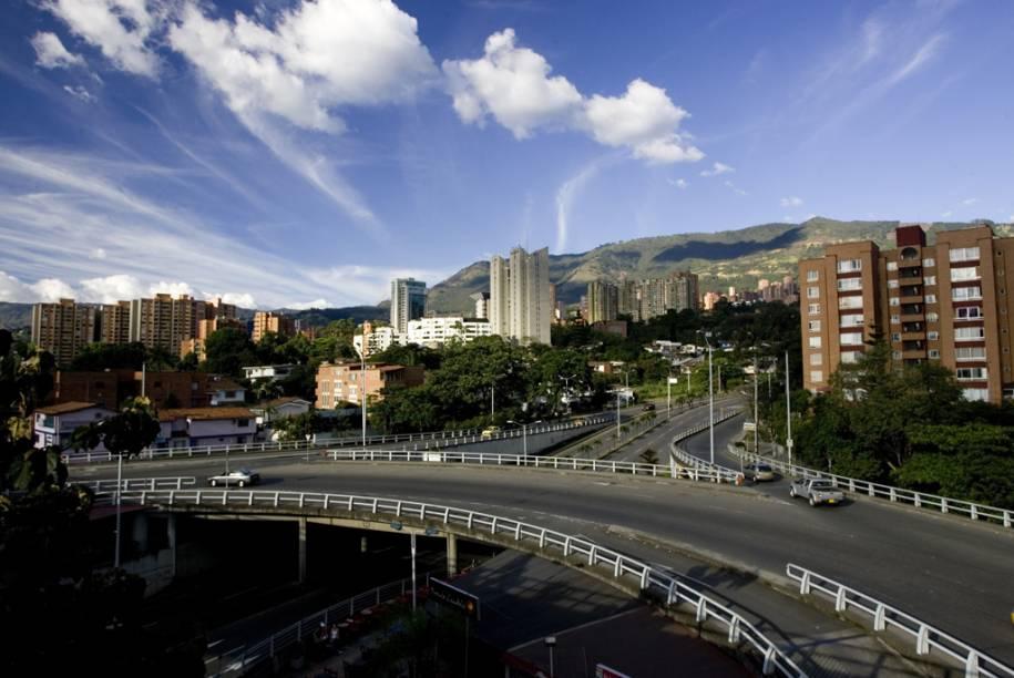 Pontos importantes de Medellín podem ser visitados de bicicleta nas ciclofaixas que há na cidade, caso da Plaza Botero, da Universidad Bolivariana, do Zoológico e do Parque Explora, entre outros locais. Os passeios podem ser feitos na companhia de guias turísticos que vão comentando a história local. Ao todo são 39 quilômetros que funcionam aos domingos e feriados. Há também um esquema alternativo, que autoriza o trânsito de bikes nas vias principais no período noturno, das 20 às 22 horas, de segunda a quinta-feira