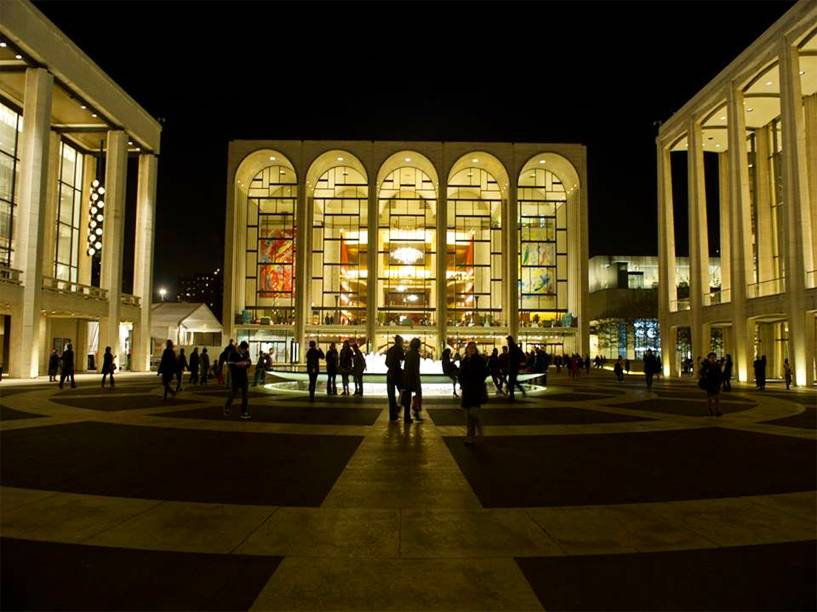 """<strong><a href=""""http://www.metopera.org/"""" target=""""_blank"""" rel=""""noopener"""">Metropolitan Opera House</a>, <a href=""""http://viajeaqui.abril.com.br/cidades/estados-unidos-nova-york"""" target=""""_blank"""" rel=""""noopener"""">Nova York</a>, <a href=""""http://viajeaqui.abril.com.br/paises/estados-unidos"""" target=""""_blank"""" rel=""""noopener"""">Estados Unidos</a></strong> Casa da companhia <em>Met Opera</em>, esse edifício faz parte do complexo doLincoln Center for the Performing Arts, no coração do Upper West Side. Aberto em 1966, o teatro conta com um dos palcos mais modernos do mundo, além de possuir uma arquitetura elegante. Em seu interior, os imponentes lustres do lobby impressionam o visitante, que recorre ao lugar na esperança de ver óperas como <em>O Barbeiro de Sevilha</em> e <em>Otelo</em>"""