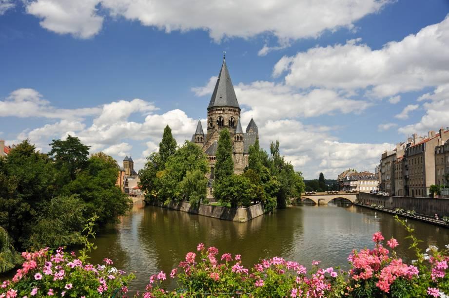 """<strong>Metz</strong>                                                    No nordeste da <a href=""""http://viajeaqui.abril.com.br/paises/franca"""" rel=""""França"""" target=""""_blank"""">França</a> e na confluência entre os rios Mosela e Seille, Metz é realmente uma estrela nessa lista. Isso porque ela conta com cerca de 25m² de área verde por habitante!"""