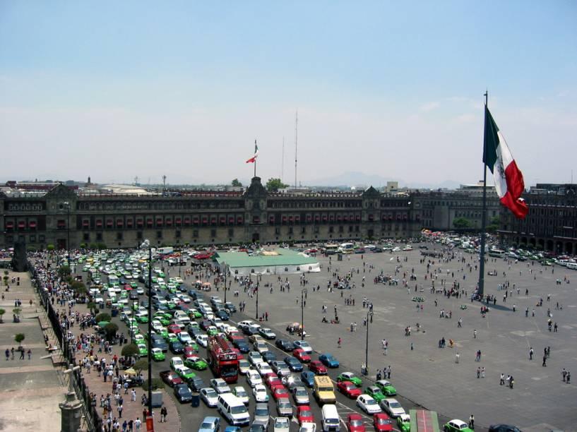 """<strong>Zócalo – <a href=""""https://viagemeturismo.abril.com.br/cidades/cidade-do-mexico/"""" target=""""_blank"""" rel=""""noopener"""">Cidade do México</a> – <a href=""""https://viagemeturismo.abril.com.br/paises/mexico/"""" target=""""_blank"""" rel=""""noopener"""">México </a></strong>O nome oficial é Plaza de la Constituición, mas a principal praça da Cidade do México é chamada de Zócalo (que significa """"base"""") desde o século 19. Isso porque havia o plano de construir um grande monumento em homenagem à independência do México, mas apenas a base foi erguida.Nos arredores da imensa praça – uma das maiores do mundo – estão o Palácio Nacional (onde trabalha o presidente), a <a href=""""http://viajeaqui.abril.com.br/estabelecimentos/mexico-cidade-do-mexico-atracao-catedral-metropolitana-da-cidade-do-mexico"""" target=""""_blank"""" rel=""""noopener"""">Catedral Metropolitana</a> e vários prédios de departamentos públicos do governo da cidade. Passeando no seu entorno, também é possível observar as vitrines das joalherias e as entradas luxuosas de alguns hotéis.Quando a área não é dominada por """"dançarinos astecas"""" em busca de trocados de alguns turistas, a praça é palco de protestos e de shows gratuitos de artistas do país. A enorme bandeira do México, que fica no centro, é hasteada em uma cerimônia pomposa todos os dias, às 8h, e arriada às 18h<em><a href=""""https://www.booking.com/searchresults.pt-br.html?aid=332455&sid=d98f25c4d6d5f89238aebe98e11a09ba&sb=1&src=searchresults&src_elem=sb&error_url=https%3A%2F%2Fwww.booking.com%2Fsearchresults.pt-br.html%3Faid%3D332455%3Bsid%3Dd98f25c4d6d5f89238aebe98e11a09ba%3Btmpl%3Dsearchresults%3Bac_click_type%3Db%3Bac_position%3D0%3Bcity%3D-979186%3Bclass_interval%3D1%3Bdest_id%3D-631243%3Bdest_type%3Dcity%3Bdtdisc%3D0%3Bfrom_sf%3D1%3Bgroup_adults%3D2%3Bgroup_children%3D0%3Biata%3DBSB%3Binac%3D0%3Bindex_postcard%3D0%3Blabel_click%3Dundef%3Bno_rooms%3D1%3Boffset%3D0%3Bpostcard%3D0%3Braw_dest_type%3Dcity%3Broom1%3DA%252CA%3Bsb_price_type%3Dtotal%3Bsearch_selected%3D1%3Bshw_aparth%3D1%3"""