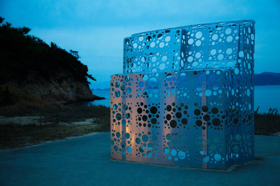 """Obra de Shinro Ohtake: """"Shipyard Works: Stern with Hole"""". Cerca de 20 esculturas e instalações de arte contemporânea estão espalhadas pela ilha, mesclando-se com a paisagem natural típica do Japão"""