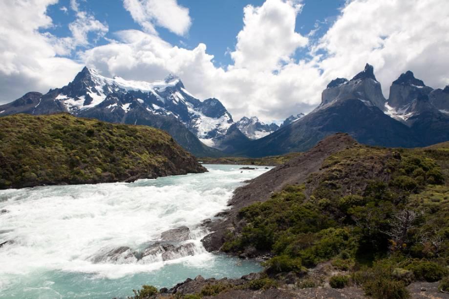 """Com áreas de cenários naturais impressionante e paisagens típicas de inverno, a <a href=""""http://viajeaqui.abril.com.br/cidades/ar-patagonia"""" rel=""""Patagônia"""" target=""""_blank"""">Patagônia</a> é considerada como um dos destinos mais bonitos do planeta. Por aqui, é fácil encontrar montanhas de picos nevados, lagos de águas leitosas em tons de azul, verde a até mesmo cinza. Suas trilhas revelam a presença de animais selvagens e típicos da região"""