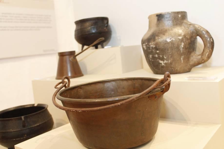 Utensílios domésticos usados ao longo da história da fazenda, desde os tempos do ciclo do açúcar
