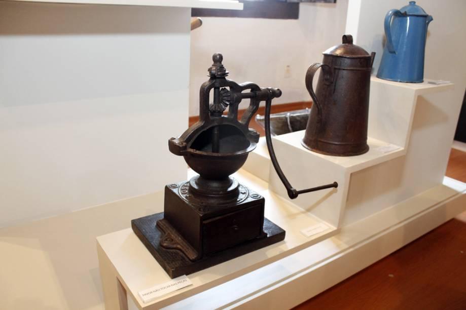 Objetos como o moedor manual de café e diversos bules são alguns dos objetos que pertecem à história da fazenda e foram expostos no Espaço Memória Capoava