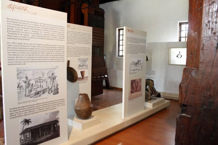 Painéis explicam sobre os engenhos de açúcar – em 1798, a região de Itu produzia cerca de um terço de todo o açúcar da província. No lado direito, objetos de cavalaria ilustram as tropas de bandeirantes que desbravaram a cidade