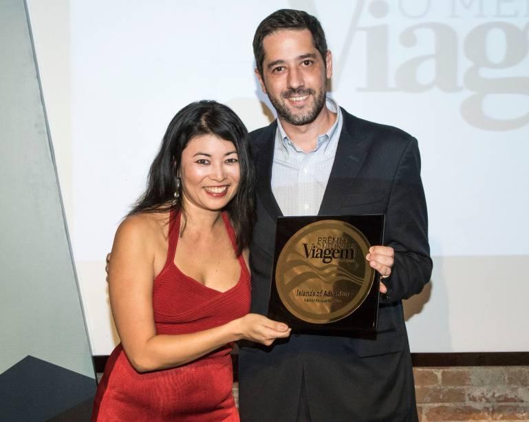 Marcos Barros, diretor sênior para a América Latina do Universals Islands of Adventure, recebe o prêmio de melhor parque temático internacional das mãos da editora Rosana Zakabi