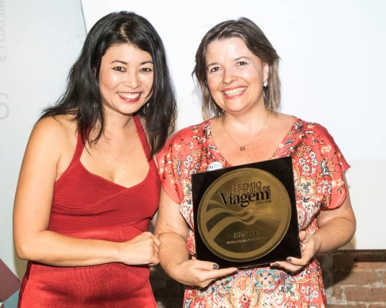 Estela Farina, diretora geral da Oceania Cruises, recebe de Rosana Zakabi o prêmio de melhor navio de cruzeiro, pelo Riviera