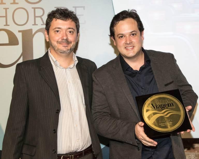 O editor da revista Viagem e Turismo, Fernando Souza, entrega a placa de melhor companhia aérea nacional a Gabriel Lago, gerente de marketing da Avianca Brasil