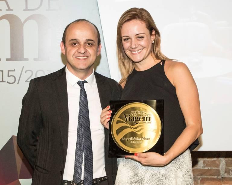 Flávia Possani, gerente de marketing, exibe a placa de melhor resort, entregue por Almir de Freitas para a representante do Royal Palm Plaza Resort Campinas