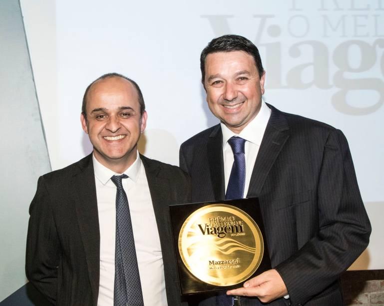 O prêmio de melhor hotel-fazenda foi para o Hotel Fazenda Mazzaropi; quem recebeu a placa do editor-sênior Almir de Freitas (esq.) foi Jorge Artur Ribeiro, diretor dos hotéis Mazzaropi