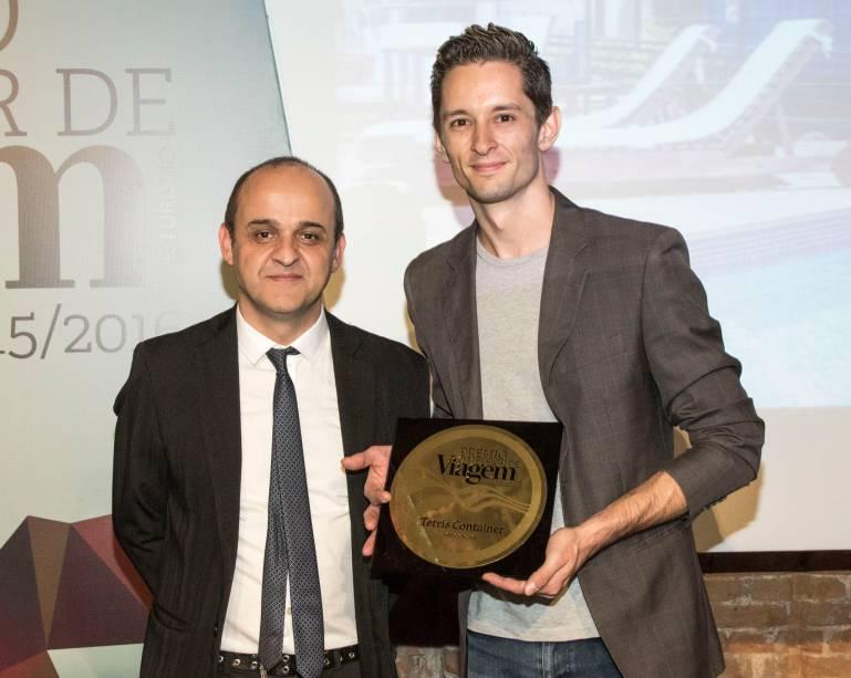 Ralf Smaha, gerente de marketing do Tetris Container Hostel, recebe o prêmio de melhor hostel na noite desta quinta-feira (24), das mãos de Almir de Freitas