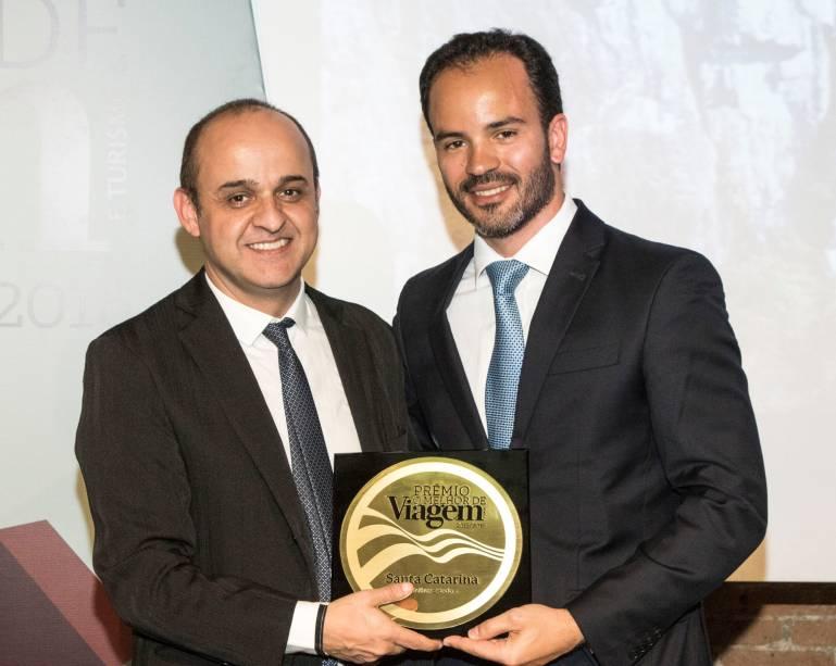 Filipe Mello, secretário de estado de Turismo, Cultura e Esporte de Santa Catarina, recebe de Almir de Freitas o prêmio demelhor estado
