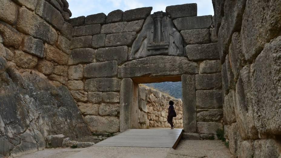 """<strong>Micenas, <a href=""""http://viajeaqui.abril.com.br/paises/grecia"""" rel=""""Grécia"""" target=""""_blank"""">Grécia</a></strong>                No mundo da <a href=""""http://viajeaqui.abril.com.br/paises/grecia"""">Grécia</a> Antiga, duas cidades-estado se sobressaíam às demais: <a href=""""http://viajeaqui.abril.com.br/cidades/grecia-atenas"""">Atenas</a> e Esparta. Todavia, um reino foi dominante na península do Peloponeso: Micenas. A terra do mitológico rei Agamenon estendeu sua esfera de influência por vastas áreas, tanto que o período da história grega compreendido entre 1500 e 1100 a.C. é conhecido como período micênico. Hoje pouco resta da antiga cidade, além de traços de seus palácios, monumentos funerários e teatro, mas a magnífica Porta dos Leões (foto) dá mostras de sua massiva estrutura defensiva"""