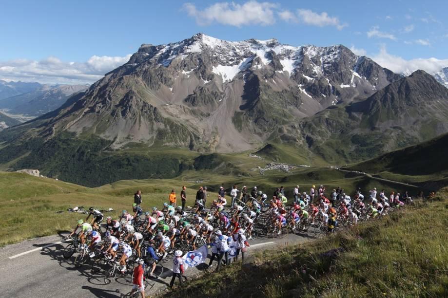 """<strong>8. Volta da França de Ciclismo</strong><br />O <strong>Ironman do Havaí </strong>é uma das provas esportivas mais extenuantes do mundo, mas um dos mais clássicos eventos de <em>endurance </em>do calendário é a tradicional Volta da França de Ciclismo. <strong>Le Tour</strong>, como é também conhecida esta prova, produziu mitos como <strong>Eddy Merckx</strong>, <strong>Miguel Indurain </strong>e <strong>Bernard Hinault </strong>e tornou-se uma ode às belezas culturais e naturais do país.<br />A edição deste ano, a 99ª da história, terá um percurso de <strong>3.479 km</strong>, a serem cobertos em 21 etapas por estradas de <a href=""""http://viajeaqui.abril.com.br/paises/franca"""" rel=""""França"""" target=""""_blank""""><strong>França</strong></a>, <strong><a href=""""http://viajeaqui.abril.com.br/paises/belgica"""" rel=""""Bélgica """" target=""""_blank"""">Bélgica </a></strong>e <a href=""""http://viajeaqui.abril.com.br/paises/suica"""" rel=""""Suíça"""" target=""""_blank""""><strong>Suíça</strong></a>. Longos trechos planos entre campos floridos, subidas tortuosas pelos <strong>Alpes </strong>e <strong>Pirineus </strong>e provas contra o relógio individuais fazem parte dos desafios aos atletas e suas equipes.<br />Nos últimos anos a Volta da França esteve envolta em polêmicas, com vários atletas (incluindo campeões) sendo flagrados em casos de doping. Mesmo <strong>Lance Armstrong</strong>, o heróico heptacampeao da prova, teve sua reputação posta em xeque por antigos companheiros de equipe. Nada foi provado, mas questões complexas (e não plenamente respondidas) ainda pairam sobre sua imagem.<br />Os favoritos deste ano são o atual campeão, o australiano <strong>Cadel Evans</strong>, o espanhol <strong>Alberto Contador </strong>e os irmãos luxemburgueses <strong>Andy e Frank Schleck</strong>.<br />Para acompanhar a prova, basta achar um bom lugar na beira de ruas e estradas do circuito. Já as áreas junto aos locais de chegada são bem disputadas, por conta dos<em>sprints </em>finais. Nada se compara, porém, à"""