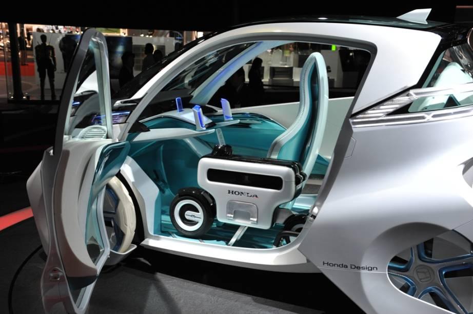 Um trabalho conjunto entre suas unidades de automóveis e motocicletas, o protótipo Micro Commuter da Honda é uma combinação de ideias para o transporte urbano do futuro, com motor elétrico e espaço para uma bicicleta com bateria EV