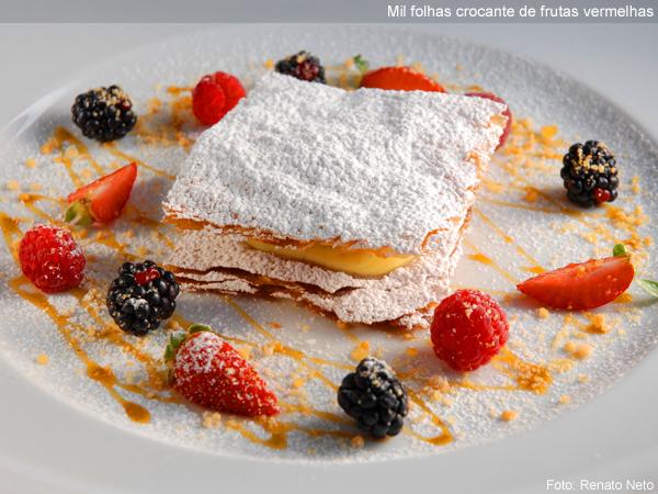 """Mil folhas crocante de frutas vermelhas, elaborado por Roberta Sudbrack, do <a href=""""http://viajeaqui.abril.com.br/estabelecimentos/br-rj-rio-de-janeiro-restaurante-roberta-sudbrack"""" rel=""""restaurante homônimo"""" target=""""_blank"""">restaurante homônimo</a> no Rio de Janeiro"""