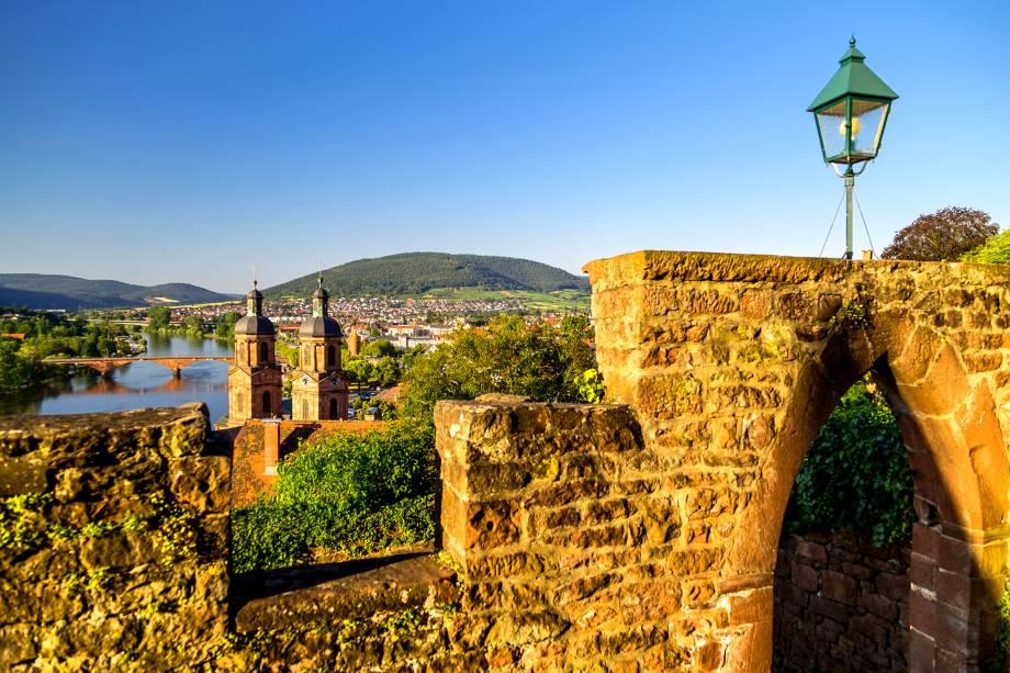 """O que prevalece em <strong>Miltenberg</strong> é uma atmosfera rural e tranquilizadora, com casas charmosas e bons restaurantes. Durante a Idade Média, a região foi alvo de conflitos, o que fez com que ela passasse por restaurações significativas. Cercada por natureza, com rios e árvores, ela também é um atrativo para os viajantes graças ao <a href=""""http://www.booking.com/hotel/de/zum-riesen-hanau.pt-br.html?aid=332455&label=viagemabril-vilasalemanha"""" target=""""_blank"""" rel=""""noopener"""">Hotel Zum Riesen</a>, o mais antigo da Alemanha.<a href=""""http://www.booking.com/city/de/miltenberg.pt-br.html?aid=332455&label=viagemabril-vilasalemanha"""" target=""""_blank"""" rel=""""noopener""""><em>Busque hospedagens em Miltenberg no Booking.com</em></a>"""