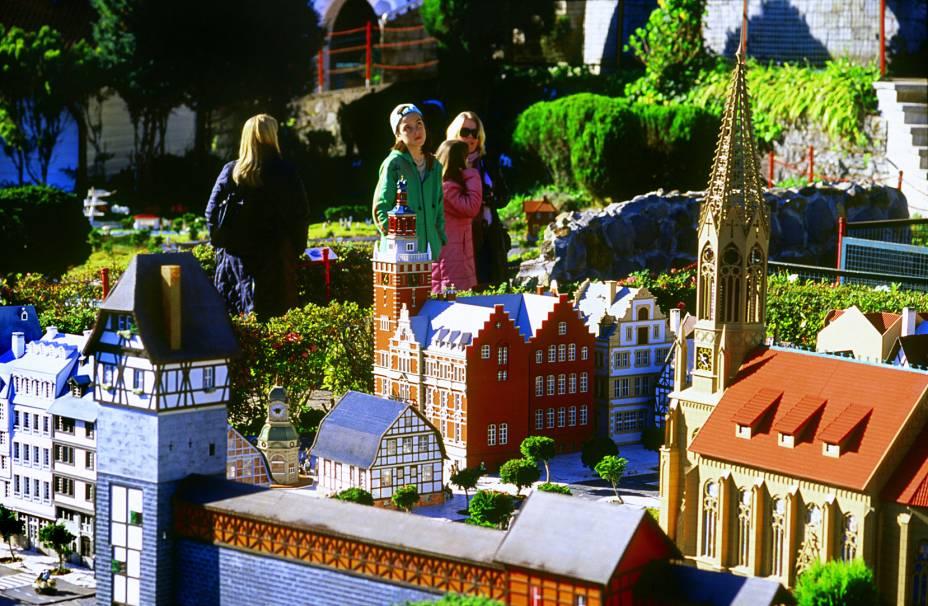 """Criada a partir de uma casa de bonecas que Otto Höppner construiu para sua neta,o <a href=""""http://viajeaqui.abril.com.br/estabelecimentos/br-rs-gramado-atracao-mini-mundo"""" rel=""""Mini Mundo"""" target=""""_self"""">Mini Mundo</a>, em <a href=""""http://viajeaqui.abril.com.br/cidades/br-rs-gramado"""" rel=""""Gramado"""" target=""""_self"""">Gramado</a> (RS) tem, hoje, 164 obras"""