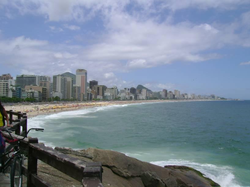 <strong>12. MIRANTE DO LEBLON</strong> (550 metros)            Tarde caindo, um mirante para terminar o passeio. O deque de madeira oferece bela vista das praias do Leblon e Ipanema.            <em>Endereço: Avenida Niemeyer, s/nº</em>