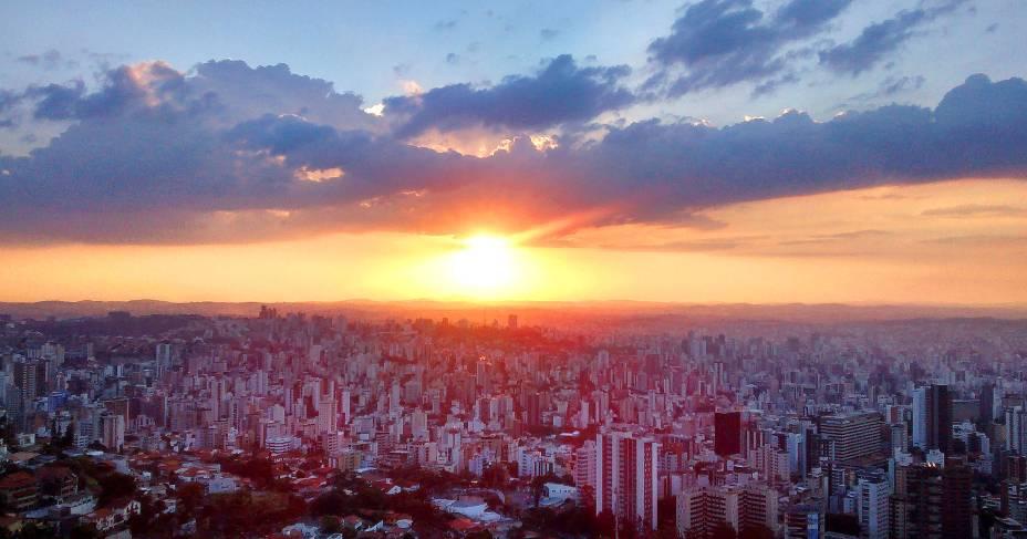 <strong>Mirante do Mangabeiras</strong>            Aberto em 2013, totalmente reestruturado, o mirante é cercado por uma área verde bem cuidada para atender aos visitantes. Do alto, é possível ter uma visão panorâmica e privilegiada de Belo Horizonte - onde é possível, inclusive, avistar algumas montanhas. Programa ideal para um final de tarde, o lugar oferece um cenário inesquecível ao cair do pôr-do-sol
