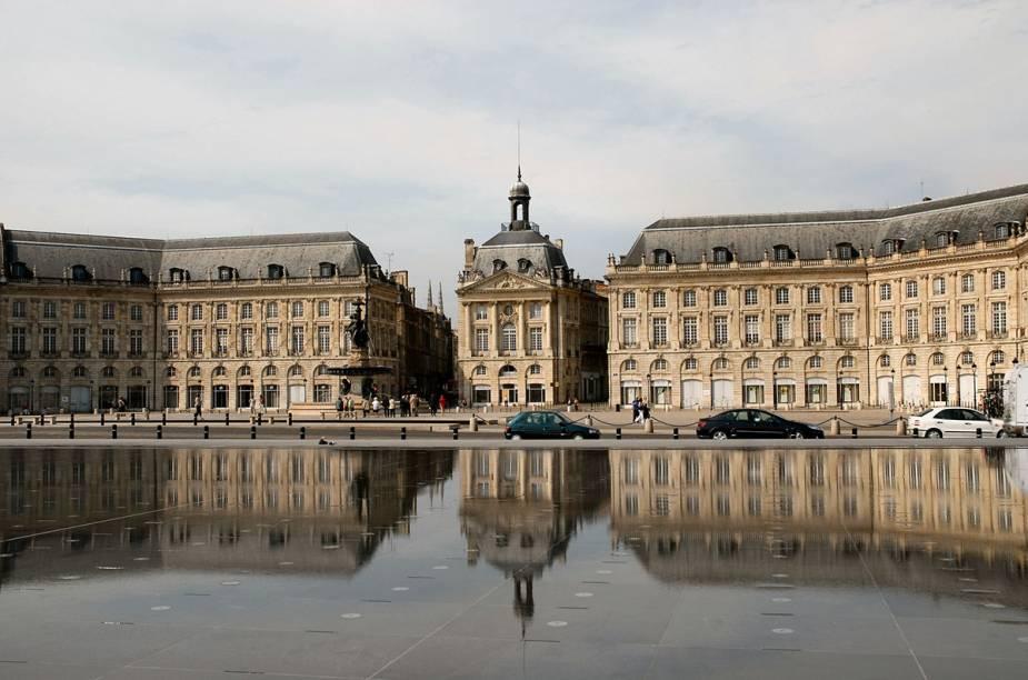 Na Place de la Bourse, no centro de Bordeaux, o espelho-d'água reflete prédios & bondes elétricos. É lindo.