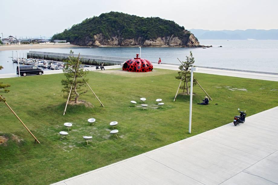 """Mais uma abóbora por Yayoi Kusama, """"Red Pumpkin"""", e a paisagem bucólica da ilha"""