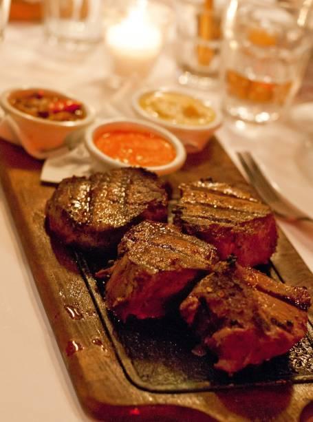 """<a href=""""http://viajeaqui.abril.com.br/estabelecimentos/ar-buenos-aires-restaurante-la-cabrera """" rel=""""La Cabrera"""" target=""""_blank""""><strong>La Cabrera</strong></a>O restaurante moderninho tem poucas mesas e por isso é aconselhável fazer reserva. Para amenizar a fila de espera, a casa serve espumante e petiscos, como cortesia. A cozinha explora clássicos parrilleros como bife de chorizo, mollejas grelhas, chorizo criollo e chinchulines de cordeiro, acompanhados por vegetais grelhados. O ojo de bife tem três tamanhos: 200, 400 e 600 gramas.Site: www.parrillalacabrera.com.arEndereço: Calle Cabrera, 5099, Palermo ViejoTelefone: + 54 (11) 4831-7002"""
