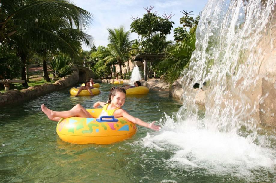 """<a href=""""http://viajeaqui.abril.com.br/cidades/br-go-rio-quente"""" rel=""""RIO QUENTE (GO)"""" target=""""_blank""""><strong>RIO QUENTE (GO)</strong></a><br />        <br />        <strong>Rio Quente Resorts</strong><br />        Os sete hotéis do complexo – <a href=""""http://viajeaqui.abril.com.br/estabelecimentos/br-go-rio-quente-hospedagem-rio-quente-resorts-hotel-turismo"""" rel=""""Turismo"""" target=""""_blank"""">Turismo</a>, <a href=""""http://viajeaqui.abril.com.br/estabelecimentos/br-go-rio-quente-hospedagem-rio-quente-resorts-hotel-pousada"""" rel=""""Pousada"""" target=""""_blank"""">Pousada</a>, <a href=""""http://viajeaqui.abril.com.br/estabelecimentos/br-go-rio-quente-hospedagem-rio-quente-suite-i"""" rel=""""Suíte I"""" target=""""_blank"""">Suíte I</a>, <a href=""""http://viajeaqui.abril.com.br/estabelecimentos/br-go-rio-quente-hospedagem-rio-quente-suite-iii"""" rel=""""Suíte III"""" target=""""_blank"""">Suíte III</a>, <a href=""""http://viajeaqui.abril.com.br/estabelecimentos/br-go-rio-quente-hospedagem-giardino"""" rel=""""Giardino"""" target=""""_blank"""">Giardino</a>, Vacation Villa e Cristal -, terão atividades temáticas para as crianças de 5 a 12 anos no feriadão de Páscoa, como o resgate ao coelho, rodadas de bingo valendo um pacote recheado de chocolates, gincanas, caça aos ovos e uma balada infantil. O pacote de três noites no Rio Quente Resorts Flat I, por exemplo, custa desde R$ 1867 por pessoa, com aéreo, traslados, meia-pensão e ingressos ao Hot Park, parque aquático ao lado do resort. Crianças até 12 anos não pagam hospedagem."""