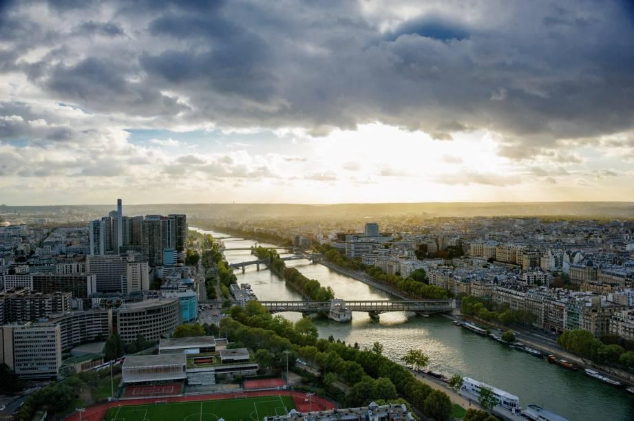 Dá para passar a virada do ano no rio Sena, a bordo de uma das embarcações do Bateaux Parisiens