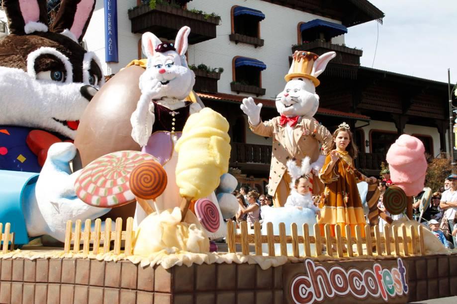 Desfile de carro alegórico na Chocofest, em Gramado, com os personagens Conde e Condessa Guloseima
