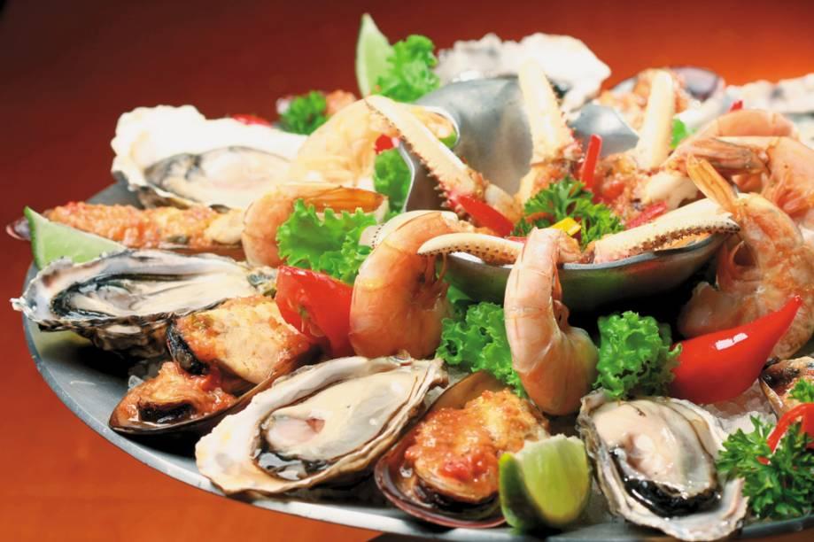 Porção de ostras, mariscos e camarões, do Box 32, no Mercado Municipal de Florianópolis