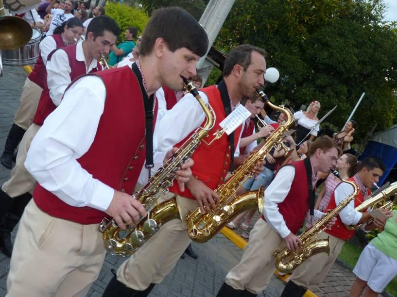 Bandas tocam músicas alemãs pelas ruas