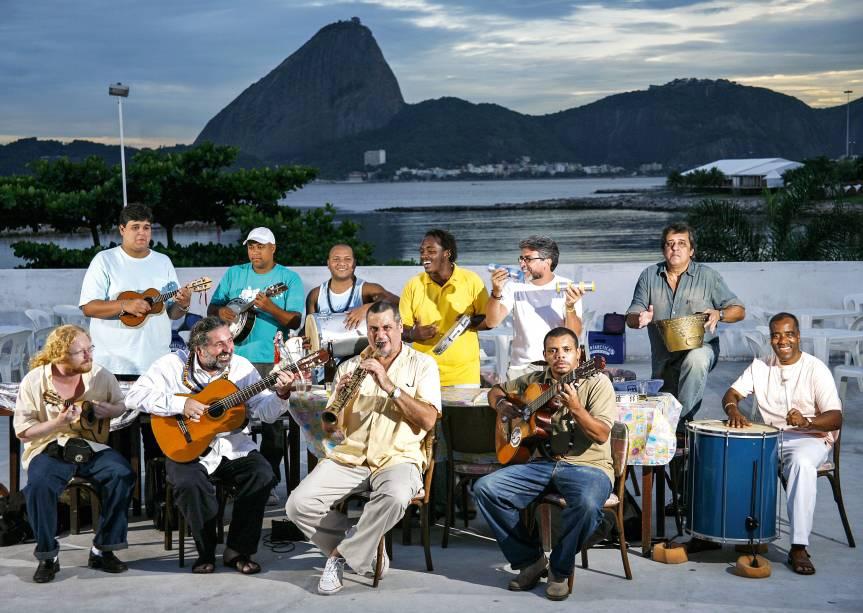 """<strong>PARA OUVIR SAMBA</strong> <strong><a href=""""http://www.renascencaclube.com.br/"""" target=""""_blank"""" rel=""""noopener"""">Renascença Clube</a></strong>O clube surgiu em 1951 como polo de resistência ao racismo sofrido por uma família negra ao frequentar um tradicional clube da cidade. O foco da associação é valorizar as raízes africanas e a fusão cultural brasileira – e o ritmo escolhido para as festas foi e continua sendo o samba. Às segundas-feiras, a partir das 17h, ocorre o evento mais famoso do Renascença: o Samba do Trabalhador, roda comandada há 11 anos pelo músico Moacyr Luz <em>R. Barão de São Francisco, 54 (Andaraí), (21) 3253-2322</em>"""