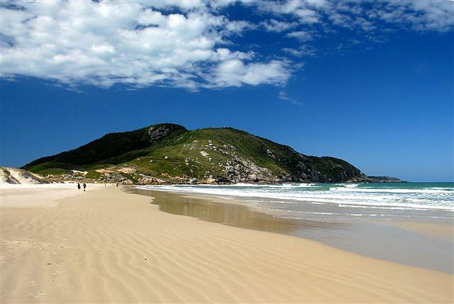 Parte da Reserva Florestal do Rio Vermelho, a praia de Moçambique tem a faixa de areia mais extensa de Florianópolis, com extensão de 7,5 quilômetros