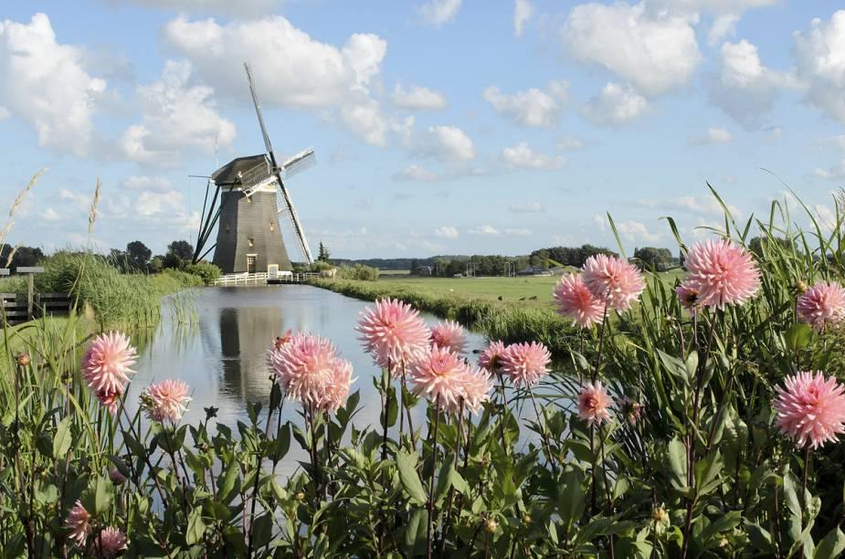 """Um passeio de um dia a partir de Amsterdã são os moinhos de <a href=""""http://viajeaqui.abril.com.br/estabelecimentos/holanda-amsterda-atracao-moinhos-em-kinderdijk"""" rel=""""Kinderdijk"""" target=""""_blank"""">Kinderdijk</a>, a 95 quilômetros do centro da cidade"""