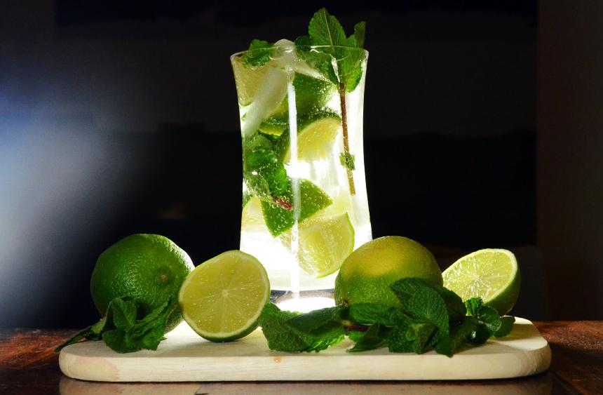 """<strong>1. Mojito – <a href=""""http://viajeaqui.abril.com.br/paises/cuba"""" rel=""""Cuba"""" target=""""_blank"""">Cuba</a> </strong>                    Popular em todo Caribe – e no mundo inteiro – os cubanos reivindicam a autoria do drink que leva rum, hortelã, açúcar e suco de limão. Realmente, é perfeito para enfrentar o calor e umidade da região. O bar La """"Bodeguita del Medio"""" em Havana era um dos favoritos do escritor Ernest Hemingway. Boêmio notório, ele teria dito """"Mojito na Bodeguita e Daiquiri na Floridita"""", outro bar no centro histórico da capital cubana. Não é uma tradição difícil de seguir, não é?                    <strong>Experimente em casa:</strong> em um copo alto, macere 6 folhas de hortelã com 2 colheres de açúcar e 90ml de suco de limão. Encha o copo com gelo, acrescente 120ml de rum claro e complete com água com gás.                    <a href=""""http://viajeaqui.abril.com.br/materias/galeria-de-fotos-catorze-motivos-para-conhecer-o-caribe"""" rel=""""+ 14 bons movitos para conhecer o Caribe"""" target=""""_blank""""><strong>+ 14 bons movitos para conhecer o Caribe</strong></a>"""