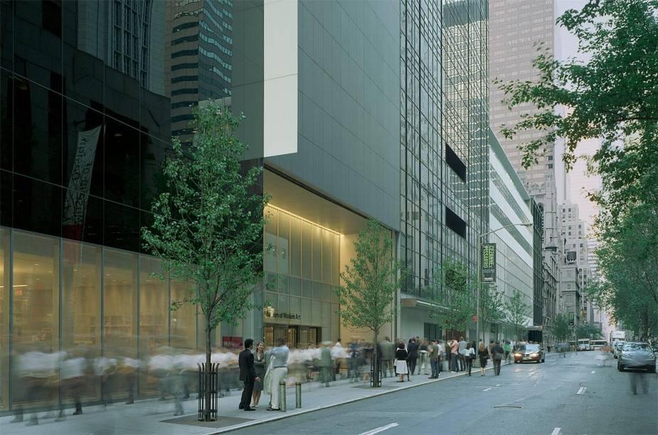 A moderna entrada do MoMA pela 53rd Street foi desenhada por Yoshio Taniguchi