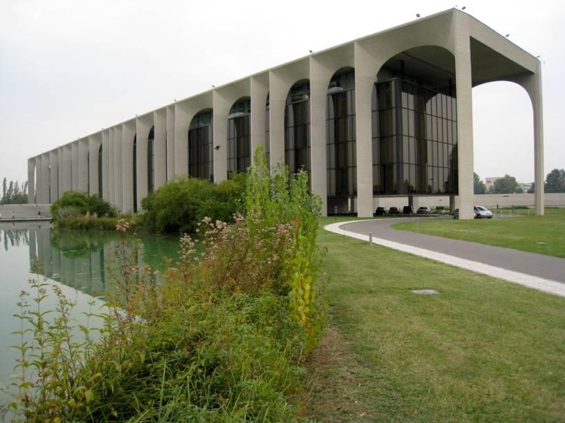 """A sede da Editora Mondadori, em Segrate, um subúrbio de <a href=""""http://viajeaqui.abril.com.br/cidades/italia-milao"""" rel=""""Milão"""">Milão</a>, <a href=""""http://viajeaqui.abril.com.br/paises/italia"""" rel=""""Itália"""">Itália</a>, foi inaugurada em 1975. As salas do edifício principal são suspensas por uma série de arcos"""