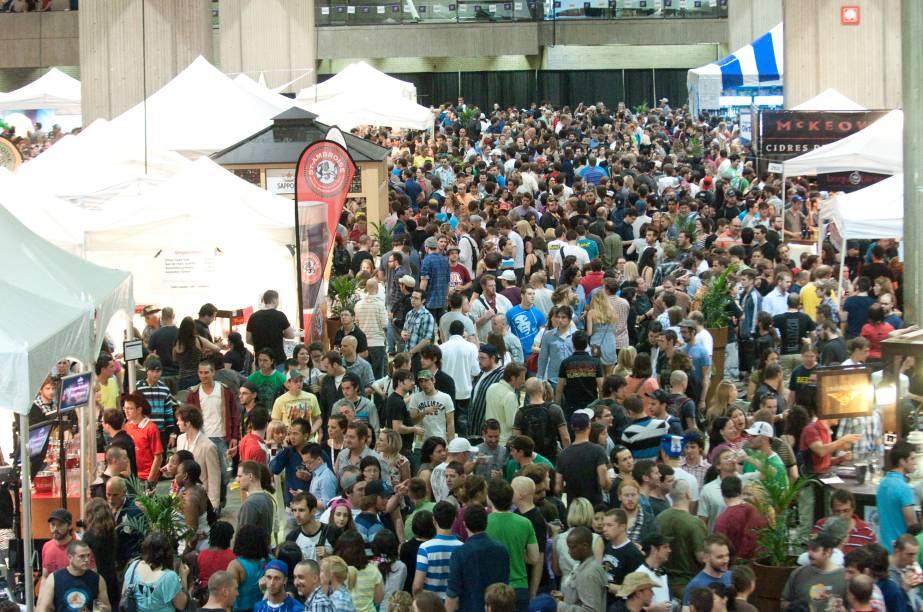 Aglomeração na 18ª edição do Festival Mundial da Cerveja na Place Bonaventure, no Canadá
