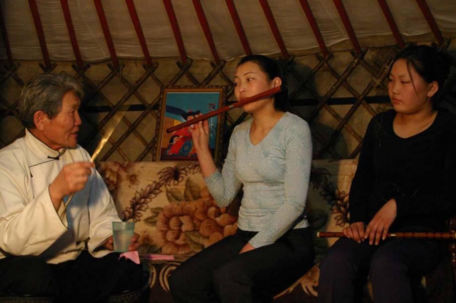 A <strong>limbe </strong>é uma flauta transversal, feita de madeira ou bambu, utilizada para acompanhar canções populares da <strong>Mongólia</strong>. Graças à técnica da <strong>respiração circular,</strong> os flautistas podem executar melodias contínuas por um longo tempo