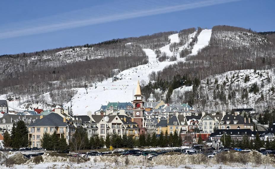 <strong>Mont Tremblant, Quebec, Canadá</strong><br />          Tremblant é um dos melhores pontos de esqui no leste canadense, com 644 metros verticais de esqui e um vilarejo planejado que parece ter sido separado da Europa. Com a abertura do primeiro teleférico em 1939, Tremblant figura como uma das primeiras áreas de esqui na América do Norte, ainda que o vilarejo estilo dos alpes franceses do século 18 não tenha sido construído na base dos teleféricos até os anos 1990.