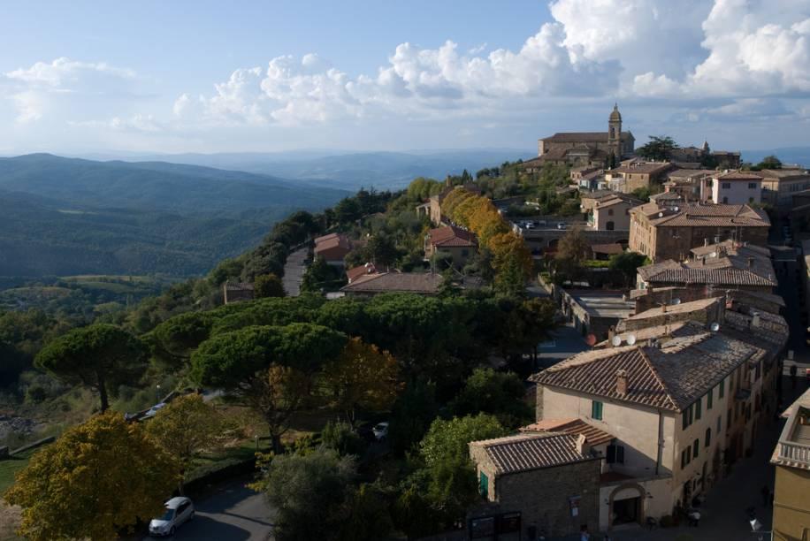 """<strong>MONTALCINO </strong>(a 36 km de Montepulciano)        Logo ali, <em>a quattro passi</em> (a quatro passos) de <strong>Montepulciano</strong> você encontra a pequena e pacata <strong>Montalcino</strong>, também no alto de uma colina, rodeada pelos melhores vinhedos da itália, berço das uvas <em>sangiovese</em>. Com elas são produzidos os famosos vinhos <em>Brunello di Montalcino </em>e<em> Rosso di Montalcino, </em>ambos com certificado D.O.C.G.        Após longo período de fermentação, os vinhos permanecem em grandes tonéis de carvalho por 36 meses. O <em>Brunello</em> é um vinho intenso e longevo, encorpado, um pouco tânico, com aroma rico e amplo na boca. O <em>Rosso</em> é um vinho mais jovem, com menos tempo de amadurecimento. É também encorpado, tem cor rubi escuro, perfume com toque de frutas vermelhas e especiarias.        Novamente você poderá fazer o tour pelas vinícolas que fazem parte do <em>Consorzio del Vino Brunello di Montalcino</em> (Piazza Cavour, +39(577)848-246, <a href=""""mailto:info@consorziobrunellodimontalcino.it"""">info@consorziobrunellodimontalcino.it</a>).Consultando o <a href=""""http://www.consorziobrunellodimontalcino.it"""" rel=""""site das vinícolas"""" target=""""_blank"""">site das vinícolas</a>, você saberá quais abrem para visitantes, os meios de contato e todas as informações para organizar uma visita.        Conheça também <a href=""""http://www.enotecalafortezza.it"""" rel=""""La Fortezza"""" target=""""_blank"""">La Fortezza</a> (Piazza della Fortezza, +39(577)849-211), antiga fortaleza no ponto mais alto da cidade, que hoje é uma adega onde você poderá saborear os cobiçados vinhos. Sugerimos que faça um tour pelas vinícolas: <a href=""""http://www.poggioantico.com"""" rel=""""Poggio Antico"""" target=""""_blank"""">Poggio Antico</a> (+39(577)848044) e <a href=""""http://www.castellobanfi.com"""" rel=""""Castello Banfi"""" target=""""_blank"""">Castello Banfi</a> (Castello di Poggio alle Mura).        Merece uma visita a <a href=""""http://www.antimo.it"""" rel=""""Abbadia di Sant Antimo"""" target=""""_blank"""