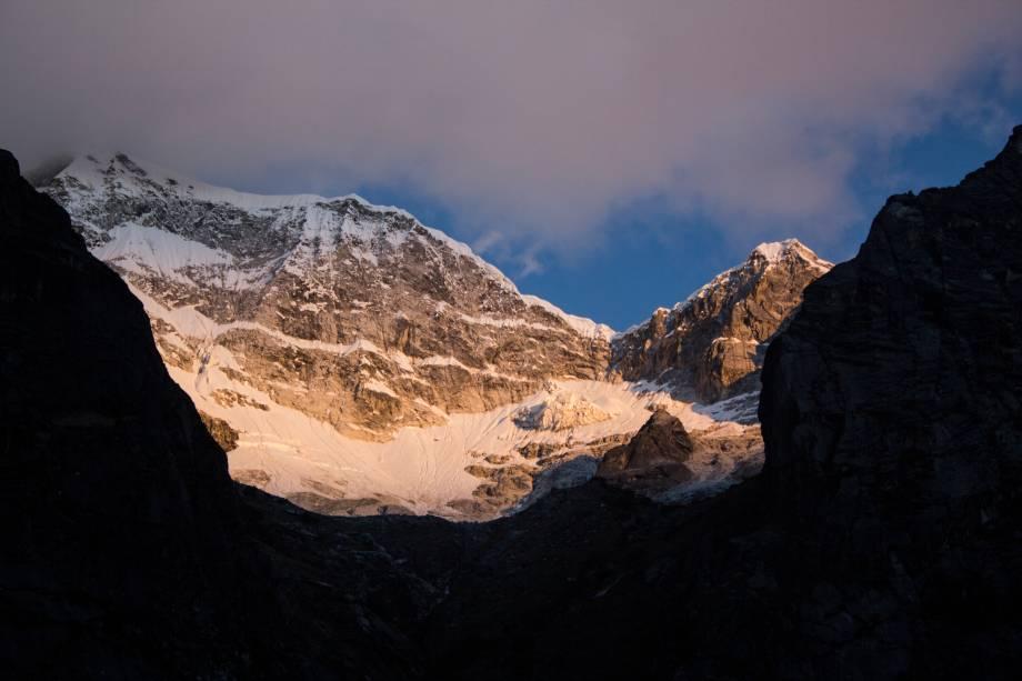 """Localizada na Cordilheira Branca, no território demarcado como os Andes Peruanos, essa montanha é considerada como o pico mais alto do Peru e o sexto da <a href=""""http://viajeaqui.abril.com.br/continentes/america-do-sul"""" target=""""_blank"""">América do Sul</a>, com 6768 metros de altura. O nome que a batiza é, na verdade, uma homenagem a Huáscar, um chefe Sapa Inca que viveu em meados do século 16. Ela fica localizada no parque nacional homônimo, que cobre uma área de 3400 km² e foi tombado como Patrimônio Mundial da Unesco em 1985"""