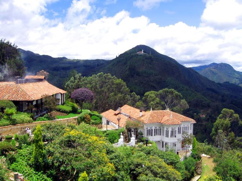 """<strong><a href=""""http://viajeaqui.abril.com.br/cidades/colombia-bogota"""" rel=""""Bogotá"""" target=""""_self"""">Bogotá</a></strong>                A capital e principal cidade da Colômbia tem atrações que vão além do clima cosmopolita e merecem a atenção do visitante. A Montanha Monserrate (foto) é uma delas: localizada na parte mais alta da cidade, ela oferece uma visão privilegiada e uma boa estrutura                <em><a href=""""http://www.booking.com/city/co/bogota.pt-br.html?aid=332455&label=viagemabril-cenarios-da-colombia"""" rel=""""Veja preços de hotéis em Bogotá no Booking.com"""" target=""""_blank"""">Veja preços de hotéis em Bogotá no Booking.com</a></em>"""