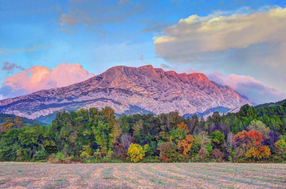 A montanha Sainte-Victoire, que inspirou 444 telas a óleo e 43 aquarelas do pintor Paul Cézzane, em Aix-en-Provence, no sul da França