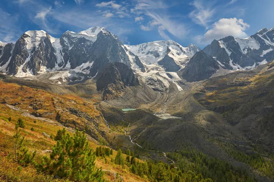 """<strong>Montanhas Altai</strong>        Consideradas Património da Humanidade pela UNESCO, as Montanhas Douradas de Altai ficam bem na fronteira onde a <a href=""""http://viajeaqui.abril.com.br/paises/russia"""" rel=""""Rússia"""" target=""""_blank"""">Rússia</a>, a Mongólia, o Cazaquistão e a <a href=""""http://viajeaqui.abril.com.br/paises/china"""" rel=""""China"""" target=""""_blank"""">China</a> se encontram. O """"dourado"""" provém da beleza de seus vales e da riqueza da fauna e da flora da região - a qual é conhecida por ter sido o palco da cultura mongol por mais de 12 mil anos"""