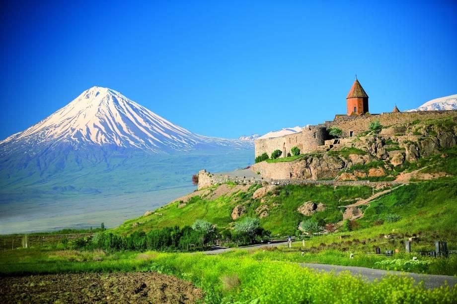 """<a href=""""http://www.evoluirturismo.com.br/"""" rel=""""EVOLUIR"""" target=""""_blank""""><strong>EVOLUIR</strong></a>    <strong>O QUE ELA FAZ POR VOCÊ:</strong> Explora a cultura e a história da <a href=""""http://viajeaqui.abril.com.br/paises/armenia"""" rel=""""Armênia"""" target=""""_blank"""">Armênia</a>.    <strong>PACOTE:</strong> Estado mais poderoso a leste de <a href=""""http://viajeaqui.abril.com.br/cidades/italia-roma"""" rel=""""Roma"""" target=""""_blank"""">Roma</a> no reinado de Tigranes II, o Grande (95–55 a.C.), o território armênio chegou a se expandir para vários cenários bíblicos. As cinco noites em Yerevan, no <a href=""""http://royalplaza.am/"""" rel=""""Royal Plaza"""" target=""""_blank"""">Royal Plaza</a>, e a única em Dzoraget, no <a href=""""http://www.tufenkianheritage.com/en/accommodation/avan-dzoraget-hotel/"""" rel=""""Avan"""" target=""""_blank"""">Avan</a>, visitam pontos religiosos como Echmiadzin, a primeira igreja cristã do mundo, e o Mosteiro de Khor Virap, de onde se avista o Monte Ararat (foto), local em que a arca de Noé teria parado após o dilúvio. Desde US$ 2790."""