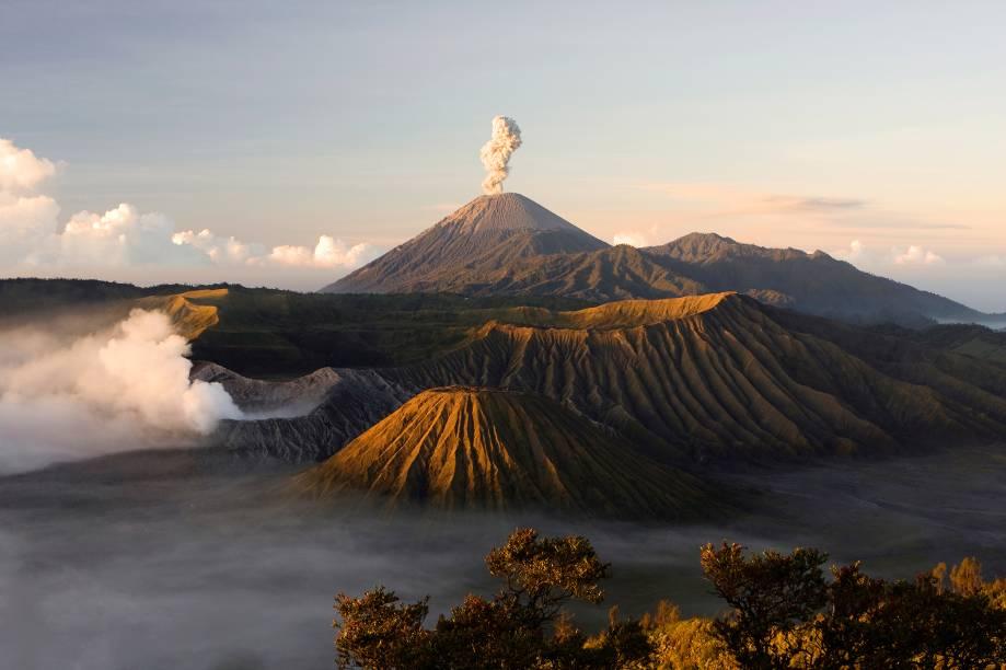 """<a href=""""http://viajeaqui.abril.com.br/paises/indonesia"""" target=""""_blank"""" rel=""""noopener""""><strong>Bromo, Indonésia </strong></a> Uma das paisagens mais icônicas da Indonésia (junto com as praias maravilhosas), seu pico está a 2.329 metros de altitude e tem fumaça sulfurosa e branca sendo expelida da cratera. Enxofre resultante dessa atividade vulcânica é extraído de lá de dentro por trabalhadores destemidos. A última erupção ocorreu em 2016."""