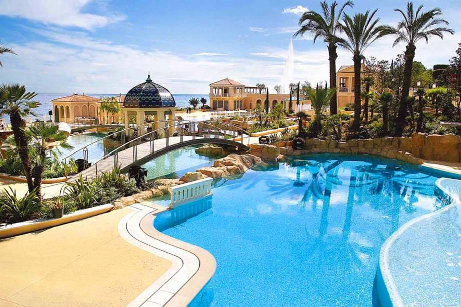 """A ótima localização do hotel revela uma visão privilegiada do mar. As piscinas do local formam um labirinto de águas, com um visual irresistível. O cassino é outra boa pedida para quem busca entretenimento no lugar <em><a href=""""http://www.booking.com/hotel/mc/monte-carlo-bay.pt-br.html?aid=332455&label=viagemabril-as-piscinas-mais-incriveis-do-mundo"""" target=""""_blank"""">Veja os preços do Monte-Carlo Bay Hotel no Booking.com</a></em>"""