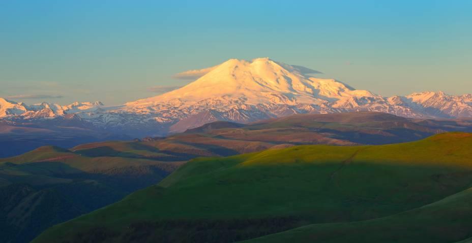 """<strong>Monte Elbrus </strong>                Alpinistas e montanhistas pelo mundo sonham escalar esse belo pico nevado. Isso porque este lugar não é qualquer morrinho por aí, mas a mais alta montanha de toda a <a href=""""http://viajeaqui.abril.com.br/continentes/europa"""" rel=""""Europa"""" target=""""_blank"""">Europa</a>, com 5.642 metros de altura. Sua inclinação, porém, não é tão íngreme - porque o Monte Elbrus costumava ser um vulcão que hoje encontra-se extinto -, portanto a dificuldade não se encontra em subir, mas em se manter por tanto tempo em ascendência"""